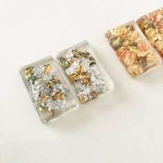 シルバー系の箔を大ぶりの型に閉じ込めたシンプルですが個性的なピアスです☺︎素材:箔、レジン金具:ゴールドメッキサイズ:3.5×2cm※イヤリングへの金具変更(無料)が可能です。※こちらの商品は受注製作となります。発送までに1週間から10日ほど日数を頂いております。予めご了承下さいませ。※箔の入り方は、ひとつひとつ異なります。掲載写真はサンプルですので予めご了承下さいませ。※他ページにて色違いも掲載しております。ぜひご覧下さいませ☺︎