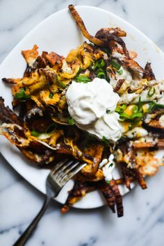 Recipe for spicy baked cheese fries topped with sour cream and scallions. Side Recipes, Veggie Recipes, Snack Recipes, Cooking Recipes, Dinner Recipes, Potato Dishes, Food Dishes, Main Dishes, Side Dishes