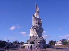 . Monumento a los caídos en Malvinas: Este munumento se encuentra ubicado  en Quequen