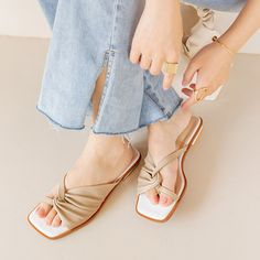 Flat Sandals Outfit, Flat Gladiator Sandals, Leather Sandals, Shoes Sandals, Korean Sandals, Pictures Of Shoes, Pump Shoes, Flat Shoes, Pretty Sandals