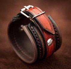 Ce bracelet réalisé en cuir est entièrement réalisé à la main. Il est fait sur-mesure à la commande. Entièrement doublé en cuir souple brun, il est très confortable et très léger. Les vis de fixation et les différentes textures donnent à ce bracelet un style unique. Il est fermé et