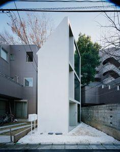 El despacho japonés de arquitectura Studio Jo Nagasaka + Schemata Architecture Office es el creador de esta obra, la Casa Ultra Slim, que por sus características demuestra que en arquitectura no hay proyectos pequeños y que, el tamaño no importa.