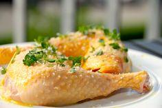Lækre kyllingelår i ovn, der skal have omkring 45 minutter ved 200 grader. Skindet på de ovnstegte kyllingelår bliver sprødt og kødet saftigt. Foto: Guffeliguf.dk.