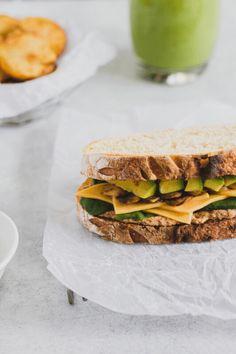 Sandwich vegetariano de aguacate, champiñones , espinaca, queso, dip de coliflor en pan de masa madre clásico y salsa de yogurt. Sandwich Aguacate, Sandwiches, Cheddar, Yogurt, Salsa, Food, Vegetarian, Leaf Vegetable, Cauliflower