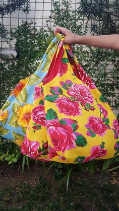 Learn more about how Sewing Leather Bags from from the beginning until end of the process - Discover tips and tricks to make a quality leather bag. Potli Bags, Crochet Market Bag, Diy Bags Purses, Craft Bags, Sewing Leather, Patchwork Bags, Simple Bags, Fabric Bags, Summer Bags