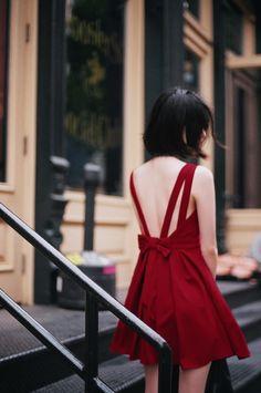 セクシーな深いVネックホルタードレスの弓のドレス