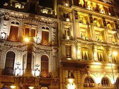 Vista nocturna sobre la calle Sarandí del edificio del Club Uruguay frente a la Plaza Matríz de Montevideo-Uruguay