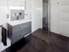 badkamermeubel + spiegel + grote inloopdouche