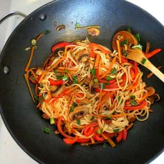Chinese noodles with vegetables Diner Recipes, Asian Recipes, Healthy Recipes, Ethnic Recipes, Chow Mein, Food For Thought, Meal Planning, Food To Make, Food And Drink