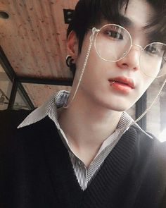 Read Ulzzang from the story Personagens **Fechado by Laris_Unicorn (Larissa Santos) with 630 reads. Hot Korean Guys, Korean Boys Ulzzang, Cute Korean Boys, Cute Asian Guys, Ulzzang Couple, Ulzzang Boy, Korean Men, Asian Boys, Hot Asian Men