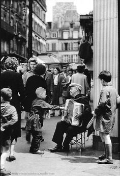 FÊTE de la MUSIQUE Des musiciens dans les rues de Paris, bien avant la fête de la musique. Évidemment, il y a quelques accordéons... Rue Lepic, Montmartre 1955 (Photo Willy Ronis)