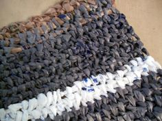 """make a rug out of recycled plastic shopping bags """"plarn"""" 