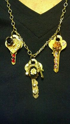 Decorated keys using Swarzski crystals and pieces from old jewelry.....really easy