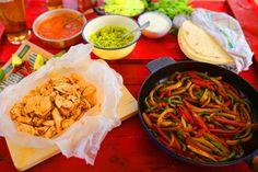 Fajitas, a legjobb partikaja Mexican Food Recipes, Ethnic Recipes, Naan, Fajitas, Guacamole, Salsa, Tacos, Chicken, Kitchen