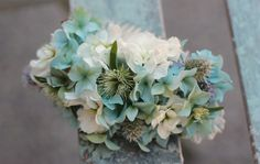 Floral comb with hydrangea, stock and mint