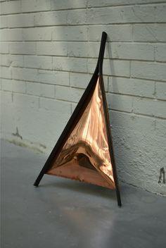 """Menzione d'onore (categoria studenti): Arthur Hoffner. Progetto: """"Delta Mirror"""". Arthur Hoffner (Francia) propone uno """"specchio da terra"""": invenzione tipologica destinata non tanto a specchiarsi quanto a creare magici effetti di luce rossa sulle pareti e sul pavimento."""