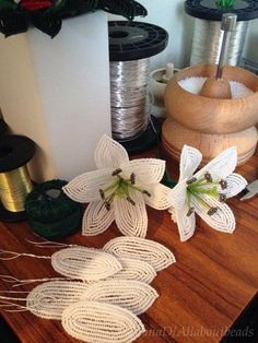 Pin by imelda on Chaquira Beaded Flowers Patterns, Beaded Jewelry Patterns, Crochet Flowers, Beading Patterns, Seed Bead Flowers, French Beaded Flowers, Seed Beads, Nifty Crafts, St Patrick's Day Crafts