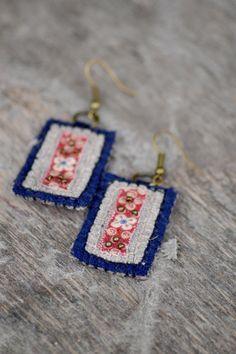 Eco friendly bohemian textile earrings. Dark blue woolen por Mioltu