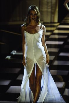 Versace Spring 1996 Ready-to-Wear Fashion Show <br> The complete Versace Spring 1996 Ready-to-Wear fashion show now on Vogue Runway. Fashion Week, 90s Fashion, Runway Fashion, Fashion Models, High Fashion, Fashion Show, Vintage Fashion, Fashion Outfits, Dubai Fashion
