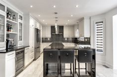 A fully renovated modern style kitchen, MDF kitchen cabinets in one piece, easy maintenance quartz countertops for a minimalist style, functional and robust. Kitchen Drawers, Kitchen Cabinets, Cuisines Design, Quartz Countertops, Kitchen Styling, Bathroom, Table, Furniture, Minimalist Style