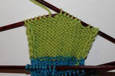 Hvordan strikke sokker til barn – Boerboelheidi Sewing Patterns Free, Free Sewing, Sewing Tutorials, Crochet Patterns, Knit Hat Pattern Easy, Sweater Knitting Patterns, Free Pattern, Free Crochet, Knit Crochet
