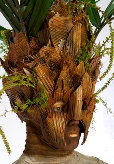 Productions' makeup and costumes for their living statues--in this case, a palm tree--are staggeringly beautiful and complex. Dryad Costume, Tree Costume, Mascara Papel Mache, Canary Island Date Palm, Stilt Costume, Puppet Costume, Living Statue, Joke Of The Day, Creative Costumes