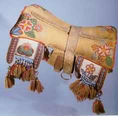 Traditional North American, Inuit dog coat/saddle ~ credit ~ This is what I would like to make for our new dog - the one we haven't got yet ; Native American Horses, Native American Artifacts, Native American Beadwork, Horse Gear, Horse Tack, Indian Horses, Southwest Art, Dog Coats, Native Art