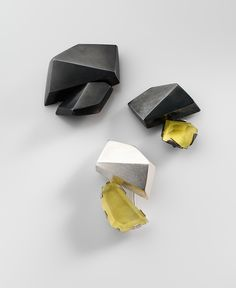 Regine Schwarzer. © Brooch: Facet forms, 2011 Patinated sterling silver, prehnite largest: 4 x 3.8 x 1.5 cm