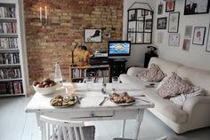 De robuuste muur geeft een landelijke en authentieke uitstraling aan de woonkamer.
