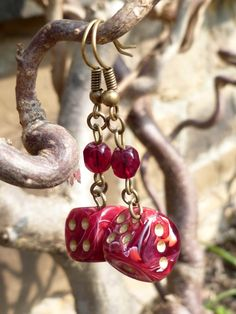 """Boucles d'oreille """"Temple of love"""" avec dés à jouer 6 faces rouge/blanc et perles de Bohème grenat : Boucles d'oreille par acherontia"""