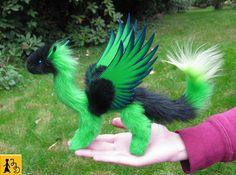 Drache Puppe Flügel posierbar grün schwarz Fantasie Tier Kunstfell handgemacht handbemalt Plüsch Jerseydays niedlich weich