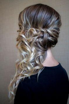 Penteados laterais: tem coque, trança, cabelo solto...