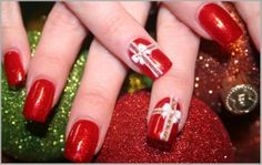 Decoración de uñas con cenefas y contrastes con rojo