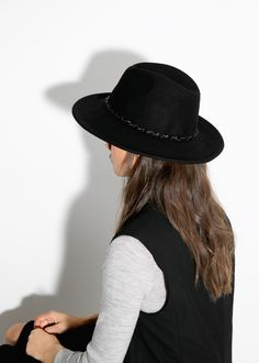 Wool fedora hat with chain detail. College Wardrobe, Fedora Hat Women, Love Hat, Mango Fashion, Classy And Fabulous, Winter Wardrobe, Lana, Style Me, Fedoras