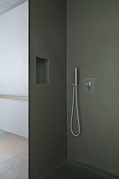 plaatmateriaal of microbeton in douche en op wanden. tegels op vloer rest badkamer