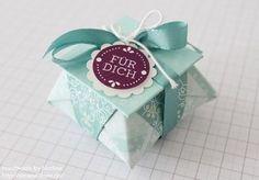 Hallo Ihr Lieben, hier kommt die Anleitung für die kleine Origami Box, die ich Euch Anfang der Woche gezeigt habe. Aus einem großen Bogen Designerpapier 12″ x 12″ (30,5 cm x 30,5 cm), bekommt Ihr direkt 4 solcher kleinen Boxen :-) . Als Materialien benötigt Ihr dazu folgendes: * selbstgestempelter Farbkarton oder Designerpapier mit einer …