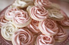 We are also going to have rose cookies on the sweet table, but in green, white and chocolate