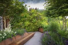 With the winners of the SGD Awards 2020 announced, we round up some emerging garden design trends from this year's winning gardens. Roof Plants, Sedum Roof, Eco Garden, Garden Ideas, Winning London, Paving Design, Landscape Elements, London Garden, Family Garden