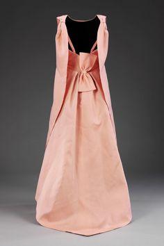A Obra do Arquiteto da Costura Cristbal Balenciaga em Exposiço Inspiradora no Museu de Londres  Fragmentos de Moda