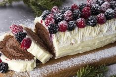 Christmas log with forest fruit by Greek chef Akis Petretzikis. A beautiful, delicious log with a mousse and white chocolate ganache filling that will delight! Xmas Food, Christmas Sweets, Christmas Cooking, Christmas Log, Christmas Ideas, Fruit Recipes, Cookie Recipes, Greek Recipes, Chocolate Ganache Filling