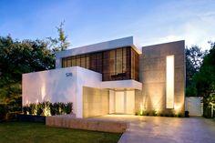 fachada-de-casa-moderna-con-luces-en-el-suelo.jpg (990×660)