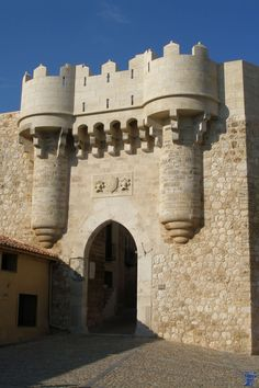 Castillo de Hita, Guadalajara. Castle Gate, Castle Ruins, Castle House, Medieval Castle, Fantasy Castle, Beautiful Castles, Fortification, Architecture Old, Spain Travel