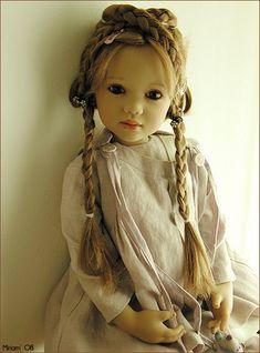 uñecas Himstedt están hechos de vinilo pintados a mano, con ojos de cristal de boca, cabello humano, y los equipos que hacen un uso extensivo de exquisitas telas teñidas a mano, incluidos los tejidos de lino, de lino torcido y botones, lazos de seda, encajes y terciopelo y tejidos a mano calcetines.