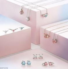 De Beers to Begin Selling Lab-Grown Diamond Jewelry Photo Jewelry, Gold Jewelry, Jewelry Accessories, Mens Diamond Jewelry, Jewlery, Grid, Diamond Picture, Ideas Joyería, Jewelry Photography
