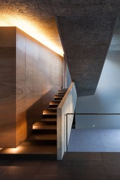 House in Hyogo by Shogo Aratani Architect & Associates lépcső világítás Hyogo, Stair Lighting, Interior Lighting, Exterior Design, Interior And Exterior, Escalier Design, Stair Handrail, Stair Steps, Boho Home
