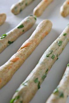 συνταγή κριτσίνια υλικά (για 30 τεμάχια) αλεύρι σιταριού για όλες τις χρήσεις 300γρ αλεύρι σιταριού ολικής αλέσεως 200γρ μπέϊκιν πάουντερ 1 κουταλάκι αλάτι 1 κουταλάκι καστανή ζάχαρη ή μέλι ή ζάχαρη καρύδας 1 κουταλάκι κρασί λευκό ¼ φλυτζανιού ελαιόλαδο ½ φλυτζάνι χυμό καρότου ή σπανάκι (ή χλιαρό νερό) ¼ φλυτζανιού νερό χλιαρό ½ φλυτζάνι