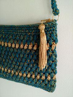 Bolsa de crochê azul petróleo e dourado