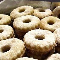 25 nejlepších receptů na pečené vánoční cukroví | ReceptyOnLine.cz - kuchařka, recepty a inspirace Doughnut, Cookies, Desserts, Food, Biscuits, Meal, Deserts, Essen, Hoods