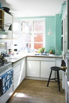 The Best Small Kitchen Design For Functionality And Beauty Kitchen Dinning Room, Narrow Kitchen, Cozy Kitchen, Little Kitchen, Kitchen Decor, Kitchen Walls, Bright Kitchens, Home Kitchens, Kitchen Wall Colors