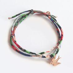 Bracelet Hirondelle en plaqué or rose et lien en Liberty finement cousu. Handmade in France. Création ticha